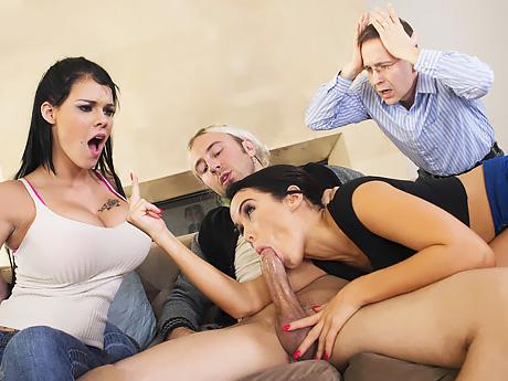 Две матерые двойняшки борются за право быть лучшей шлюхой ме...